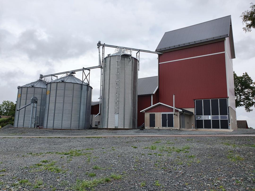 Färdigt hus med silos